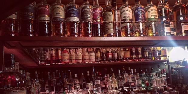 Freudenhaus St. Pauli in Hamburg (Whisky Whiskey Bourbon Bar Pub Location Night-Out Drink Cocktails Barkeeper)